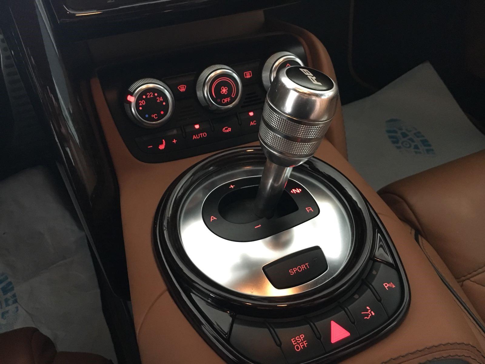 Audi-R8-interieur huren